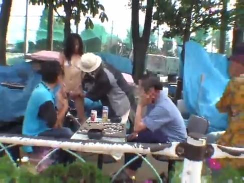 สาวสุดเซ็กส์ บริจากรูหีให้ผู้ชายเย็ดข้างถนน