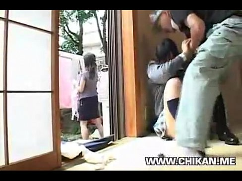 ลุงข้างบ้านแอบยืนเย็ดเด็กสาว แม่ยืนอยู่นอกบ้านไม่รู้เรื่องเลย