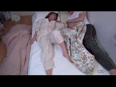 แม่แอบเย็ดกับลูกเลี้ยง ผัวนอนอยู่ไม่รู้เรื่องเลย