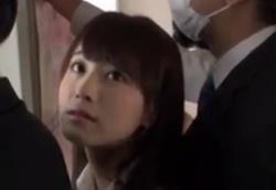 นักเรียนสาว เธอโดนกระเด้าตั้มเย็ดหี บนรถไฟฟ้า