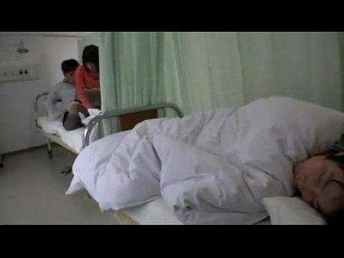 คนป่วยแอบเย็ดเมียสาว ทำเพื่อนข้างเตียงควยแข็ง