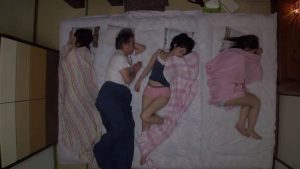 พ่อแอบเย็ดลูกสาวคนโตเสียงดังไปหน่อย ลูกสาวคนเล็กตื่นมาเห็นแอบจกจิ๋มจนหีแฉะ