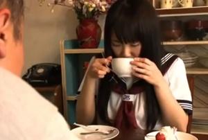 หนังโป๊ญี่ปุ่น มีเนื้องเรื่อง พ่อให้ลูกสาวขายรูหีใช้หนี้