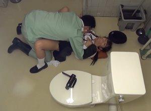 ข่มขืนเด็กนักเรียนในห้องส้วม ลุงโรคจิตจับเย็ดหีสาวน้อย