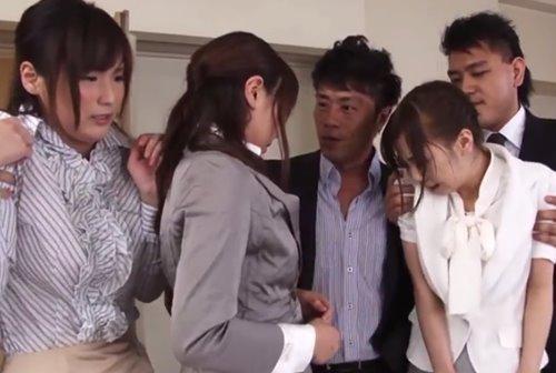 สาวพนักงานบริษัทหนังโป๊ญี่ปุ่น ต้องให้ลูกค้าเย็ดรูหีแบบเซ็กส์หมู่
