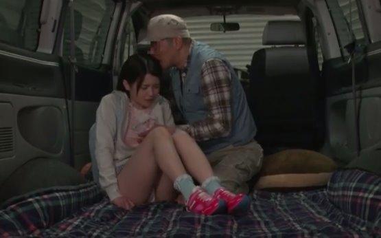 พ่อเย็ดลูก เด็กสาวนอนหลับอยู่ในรถตู้ พ่อเห็นแล้วเกิดเงี่ยน เลยชวนมาเย็ดกัน