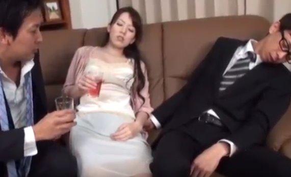 หนังโป๊ญี่ปุ่น ผัวเมาหลับ เมียแอบเย็ดกับผู้ชาย เสียวจนน้ำแตก