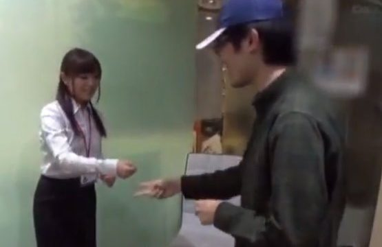 เกมส์เป่ายิ้งฉุบแก้ผ้า แข่งแพ้ต้องโดนเย็ดรูหีจนน้ำแตก ในบริษัทหนังโป๊เอวีญี่ปุ่น