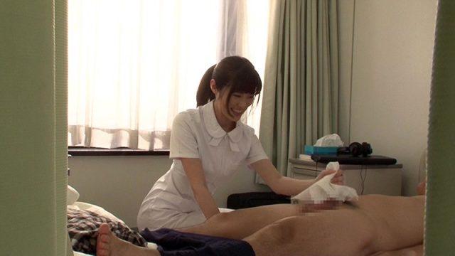 เช็ดควยคนป่วยจนแข็งโด่ พยาบาลสาวเห็นแล้วเกิดอารมณ์ทางเพศ เลยขอเย็ดกับคนไข้