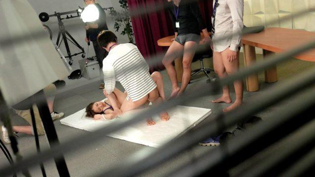 ข่มขืนนักข่าวสาว เธอสวยเกินห้ามใจ เลยโดนจับเย็ดในโรงถ่ายหนังโป๊ญี่ปุ่น