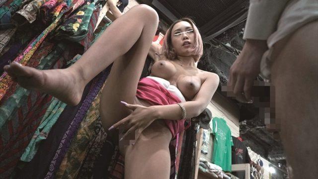 แอบเย็ดแม่ค้า หนังโป๊ญี่ปุ่น แอบเย็ดกันในร้านขายเสื้อผ้า เพราะความเงี่ยนมันไม่เลือกที่