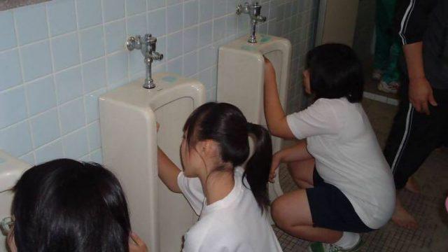 หนังav นักเรียนหญิงทำเวร ล้างส้วมนักเรียนชาย ได้กลิ่นเยี่ยวแล้วอยากเย็ดควย